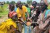 Cela donne de l'espoir : Franco Majok soutient ces femmes lors de la distribution du sorgho. (csi)